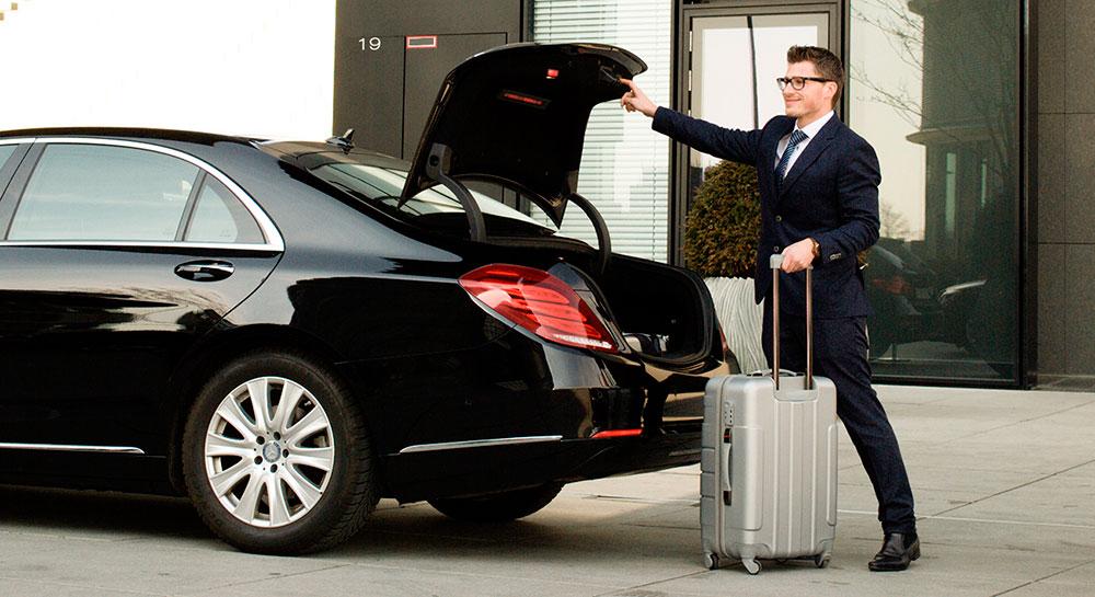 Beneficios de alquilar un coche con conductor para vacaciones